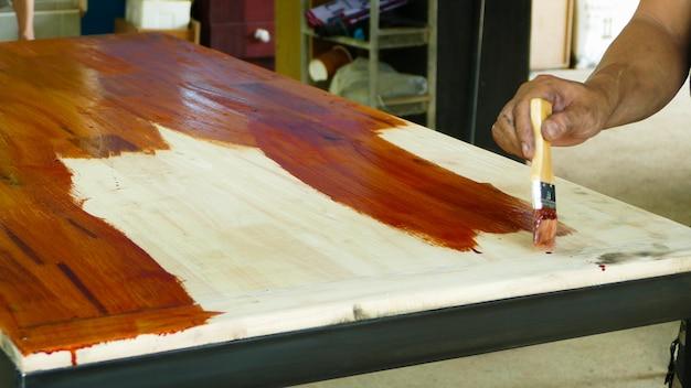 Pintura de madeira com uma escova