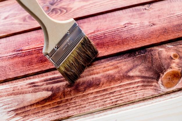 Pintura de mancha de cor marrom na mesa de madeira