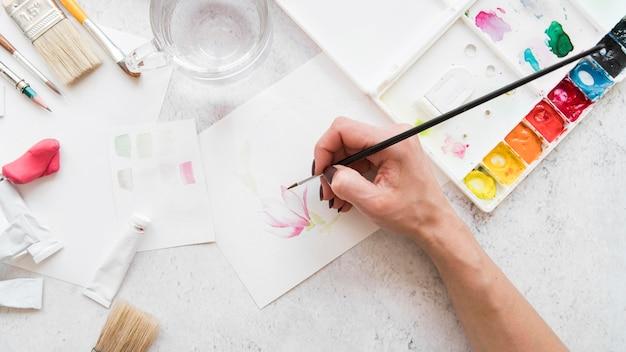 Pintura de mão close-up com pincel