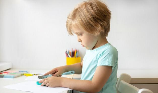 Pintura de menino de vista lateral