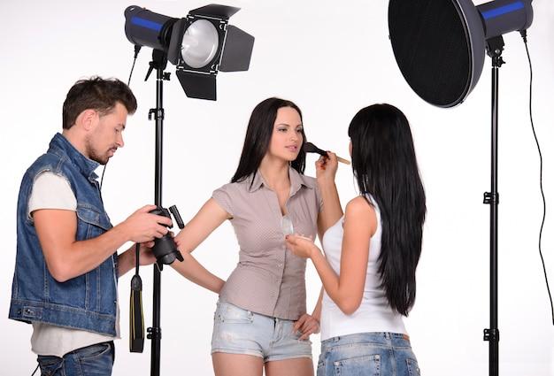 Pintura de modelo no conjunto ao lado do fotógrafo.