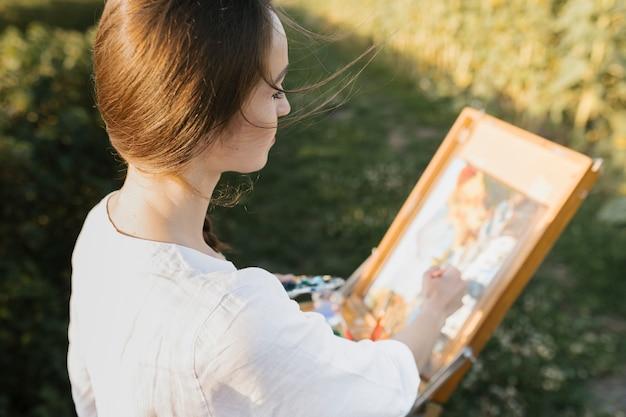 Pintura de mulher jovem de alto ângulo