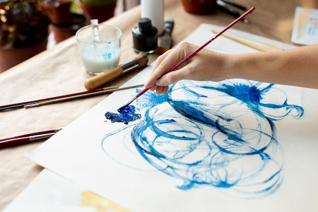 Pintura de mulher talentosa de close-up