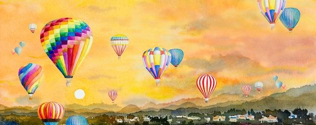 Pintura de paisagem em aquarela colorida de balão de ar quente na vila, montanha na vista panorâmica e o pôr do sol do céu.