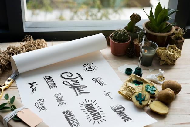 Pintura de papel palavras ícones design plantas de cacto em uma mesa de madeira