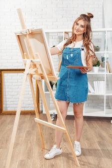 Pintura de pintor feminino muito talentosa em cavalete