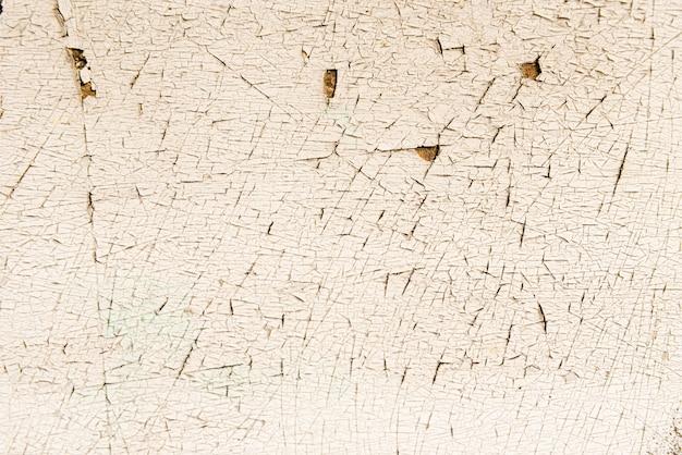 Pintura descascada em um velho piso de madeira