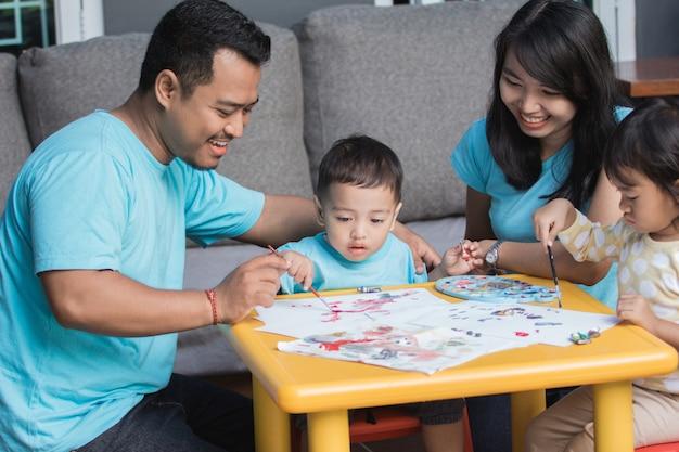 Pintura e desenho de criança asiática