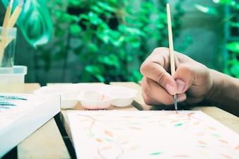 Pintura em aquarela com pincel, passatempo, close-up estilo de vida de felicidade
