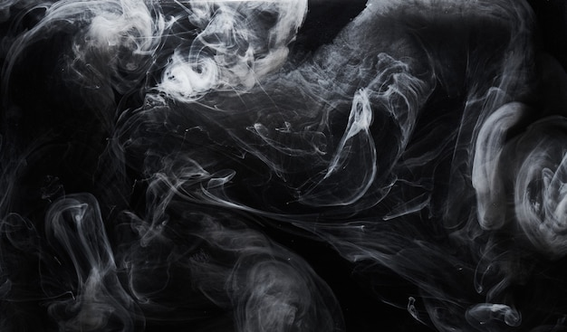 Pintura escura abstrata no fundo da água. movimento de nuvem de fumaça branca no preto, respingos de redemoinho de tinta acrílica