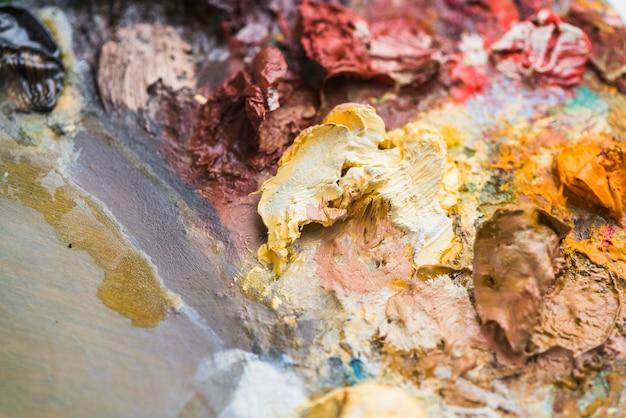 Pintura espessa manchada na paleta