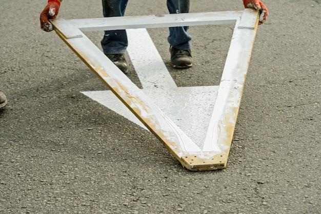 Pintura manual de estradas e marcação