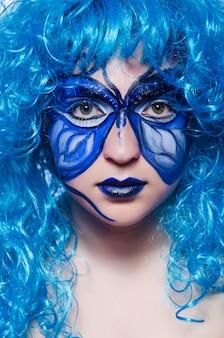 Pintura no rosto de mulher com borboleta