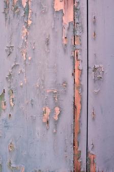 Pintura rachada em uma parede de madeira. fundo grunge