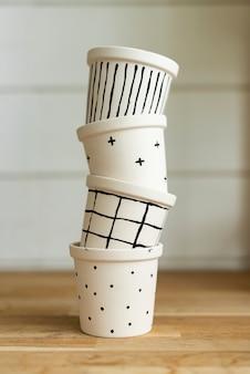 Pintura simples em potes em preto e branco