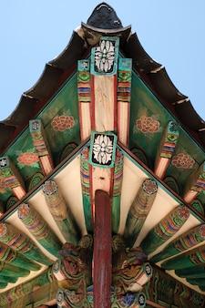 Pintura tradicional velha do telhado do templo budista de coreia