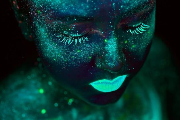 Pintura uv de um universo em um retrato do corpo feminino