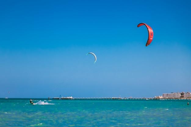 Pipas no céu azul sobre o mar vermelho.
