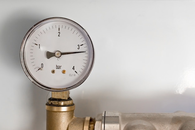 Pipefitter instalando sistema de aquecimento. manômetro. sistema de piso quente