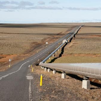 Pipeline ao lado da estrada de pastagem estéril