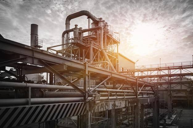 Pipeline e rack de tubulação de planta industrial com céu pôr do sol, fabricação de planta industrial com monótonos