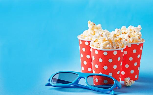 Pipoca com óculos 3d em fundo azul