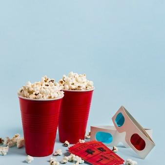 Pipoca de alto ângulo e ingressos de cinema