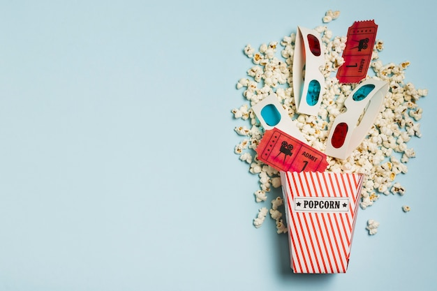 Pipoca de cópia-espaço com ingressos de cinema