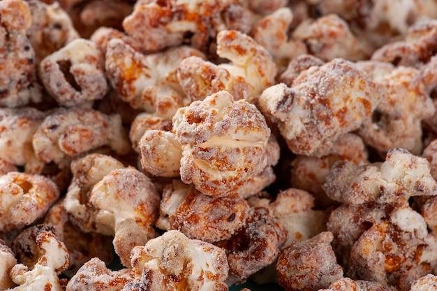 Pipoca doce gourmet em foto de close-up. sabor caramelo. vista do topo