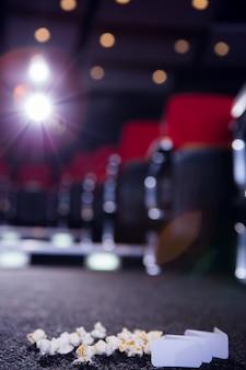 Pipoca e ingressos de cinema no chão