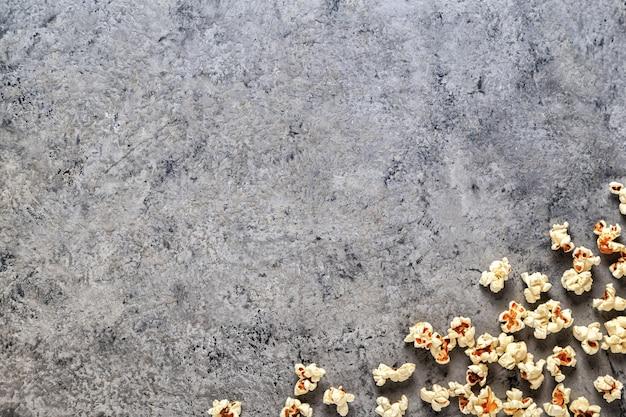 Pipoca em uma mesa de concreto, vista superior