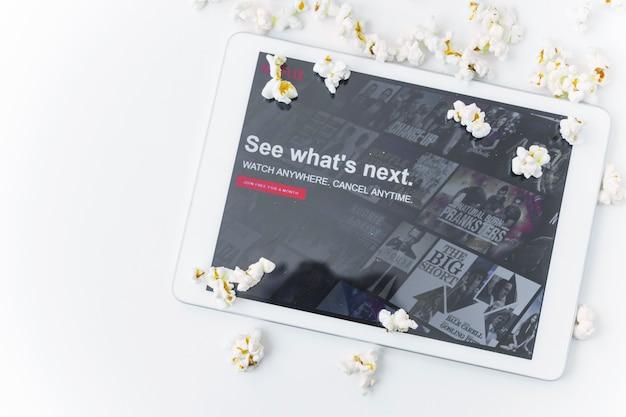 Pipoca perto de tablet com o site da netflix