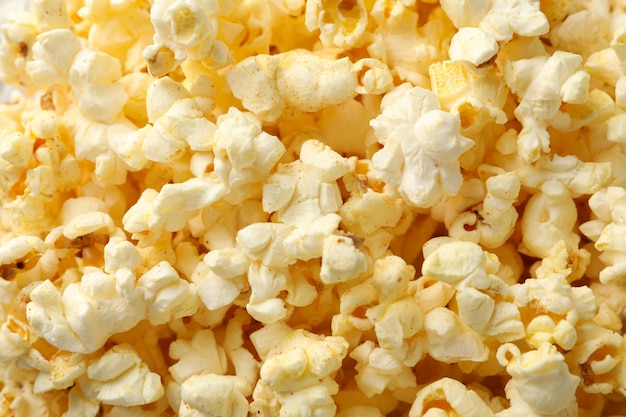 Pipoca saborosa em todo o espaço. comida para assistir cinema