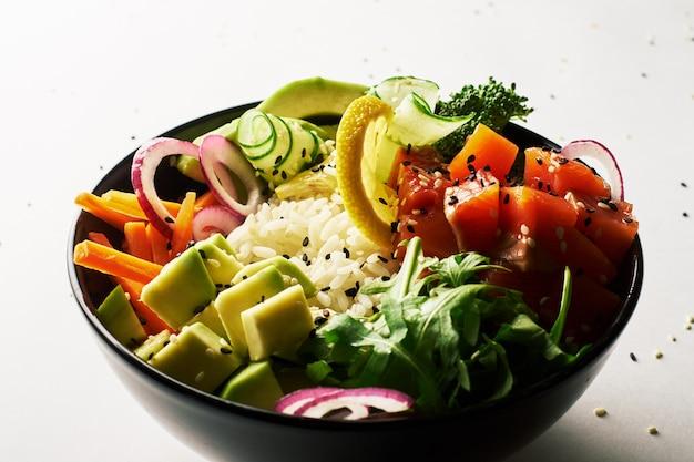 Pique a bacia com salmões, abacate, isolado sobre o fundo branco. vista lateral