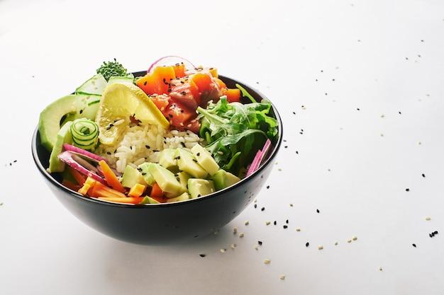 Pique a bacia com salmões, abacate isolado sobre o fundo branco.