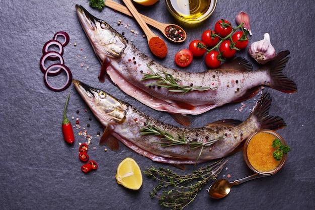 Pique peixes com especiarias e vegetais e caviar