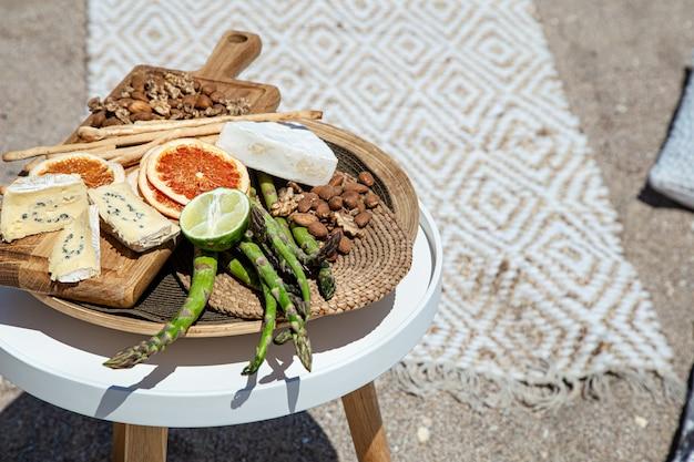 Piquenique com comida deliciosa e bonita na mesa de perto. conceito de recreação ao ar livre.