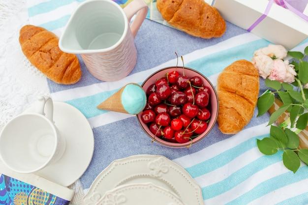 Piquenique de verão com cerejas maduras e sorvete