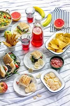 Piquenique de verão com comidinhas e frutas frescas