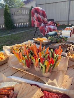 Piquenique de verão com legumes no quintal
