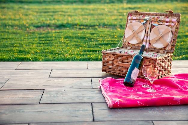 Piquenique de verão na grama. vinho e comida