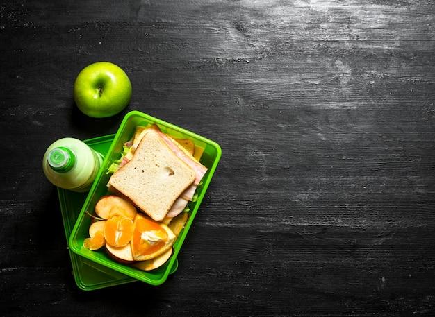 Piquenique matinal sanduíches um milkshake e frutas