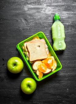 Piquenique matinal. sanduíches um milkshake e frutas.