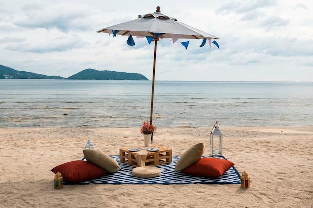 Piquenique na praia para beber, comer e apreciar a vista do mar em phuket, tailândia