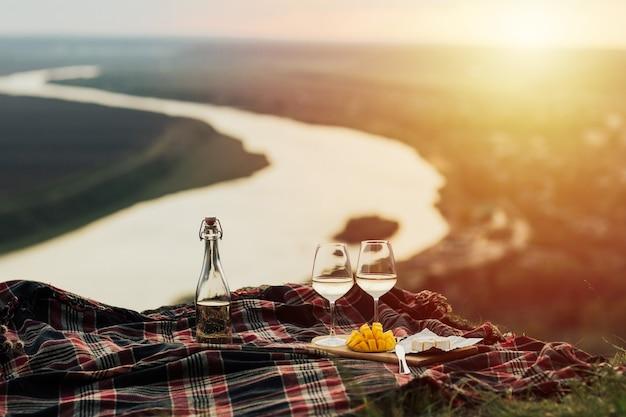 Piquenique romântico na natureza