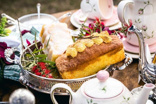 Piquenique vegano com bolo de nozes e banana, café da manhã saudável e chique com utensílios de porcelana ao redor