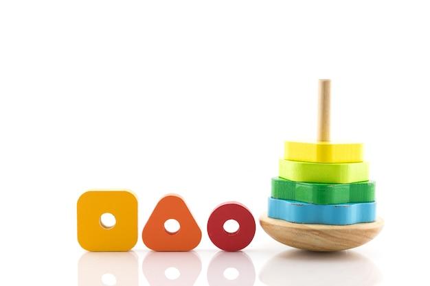 Pirâmide construída com anéis de madeira coloridos brinquedo para bebês e crianças aprenderem mecânica com alegria