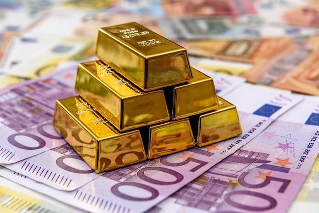 Pirâmide de barras de ouro nas notas de euro