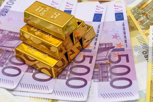 Pirâmide de barras de ouro sobre fundo de notas de euro