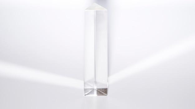 Pirâmide de cristal de quartzo em fundo branco